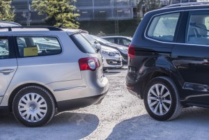 Wer ist schuld, wenn es beim Rückwärtsfahren kracht. Der schnelle Tritt auf die Bremse genügt nicht, um jede Schuld von sich zu weisen. Foto: HUK-COBURG.
