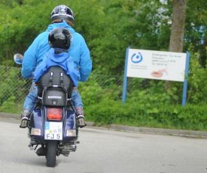 Mit Kindern auf dem Zweirad sicher unterwegs. Foto: TÜV Süd.