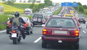 Autobahnverkehr mit Pkw und Motorrädern. Foto: AvD.