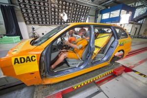 ADAC-Crashtest: Ladungssicherheit: Mit Gurten gesicherte Ladung, Crash mit 50 km/h Versuchsanlage Landsberg am Lech am 07.05.2013. Foto: ADAC.