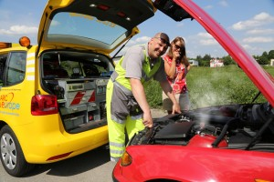 Gelber Engel im Einsatz: Bei extremer Hitze kann es schon mal Probleme mit dem Motor- oder Kühlsystem geben. Dann gibt es auch schon mal Wartezeiten, bis dei Pannenhilfe vom ADAC vor Ort ist. Foto: ADAC.
