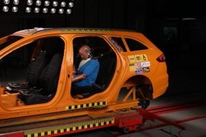 ADAC-Crashtest mit einem Airbag-Gurt – einem Rückhaltesystem der neuesten Generation: So ein aufblasbarer Gurt verringert deutlich die Druckbelastung auf den Brustkorb und das Risiko von Rippenbrüchen. Foto: ADAC.