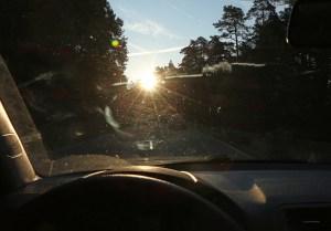 Eine gefährliche Situation: Der Fahrer sieht aufgrund der verschmutzten Windschutzscheibe und der tiefstehenden Sonne kaum etwas. Foto: ARCD.