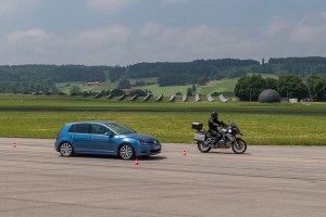 Bremsvergleich zwischen Pkw und Motorrad. Foto: ADAC. / Griesch.