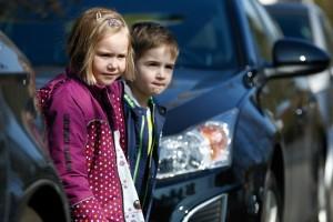 Kinder sind zu dieser Jahreszeit häufig auch im Dunkeln unterwegs. Foto: Bridgestone.
