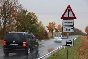 Schilder wie dieses weisen auf Aquaplaning-Gefahr hin – bei Regen sollte man an solchen Stellen deshalb besonders vorsichtig fahren und die Geschwindigkeit reduzieren. Foto: ARCD.