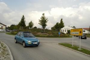 Es ist wichtig, rechtzeitig vor der Ausfahrt zu blinken. So können andere Autofahrer zügiger in den Kreisverkehr einfahren, wodurch der Verkehrsfluss verbessert wird. Foto: ADAC.