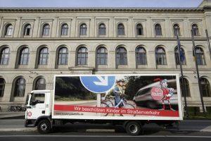 """Rollende Werbung für den Präventionspreis """"Der Rote Ritter"""" - einer Initiative des Straßenverkehrsgewerbes. Foto:  Aktion Kinder-Unfallhilfe e.V."""
