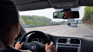 Beim Auffahren auf die Autobahn immer Vorrang gewähren. Foto: TÜV Rheinland.