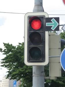 Der grüne Pfeil erlaubt Rechtsabbiegern, unter bestimmten Voraussetzungen trotz roter Ampel zu fahren. Foto: ARCD.