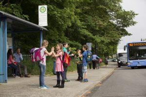 An Schulbushaltestellen sollte man ganz besonders vorsichtig vorbeifahren: In Gruppen sind Kinder oft abgelenkt, sodass sie das Verkehrsgeschehen nicht ausreichend wahrnehmen. Foto: ADAC.