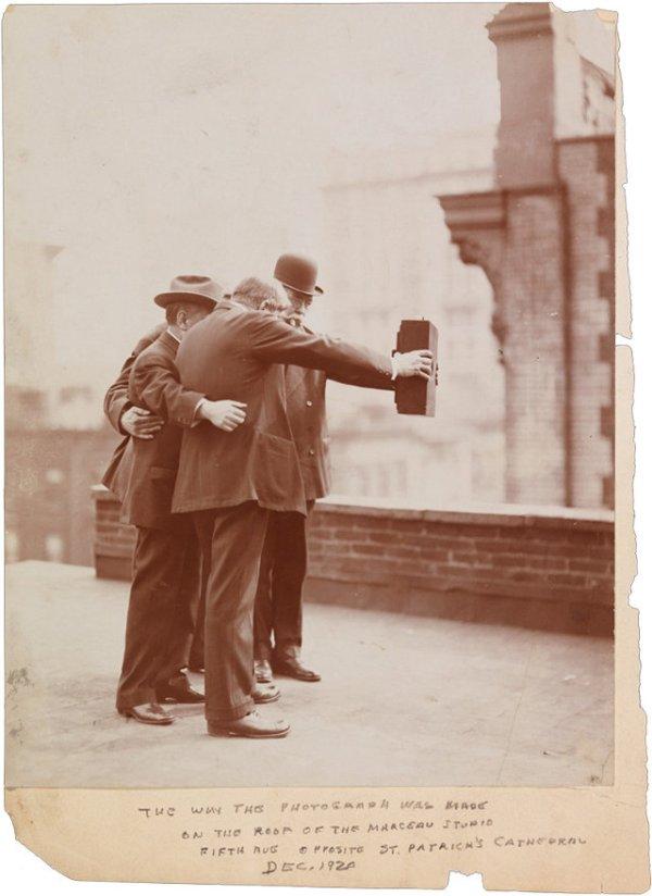 la primera selfie con la mano