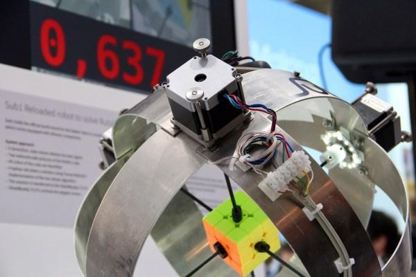 El sorprendente record de velocidad armando un cubo rubik de menos de un segundo lo tiene un robot