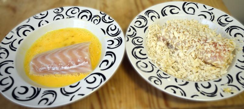 Dupp fisken først i egge, så i brødkrum. Gjenta noen ganger til det er bra dekket.