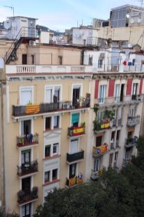 A mix of pro-Catalonia and pro-Spain flags in the same apartment building.