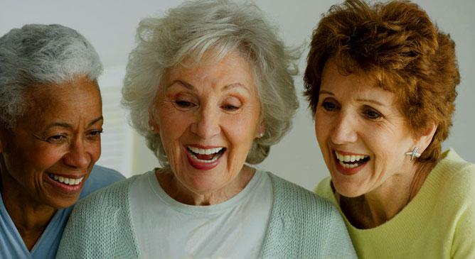 Három idősödő hölgy.