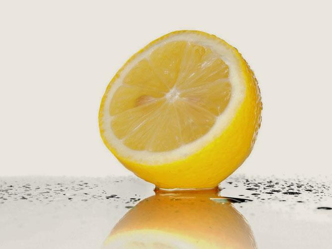 Egy félbevágott citrom.
