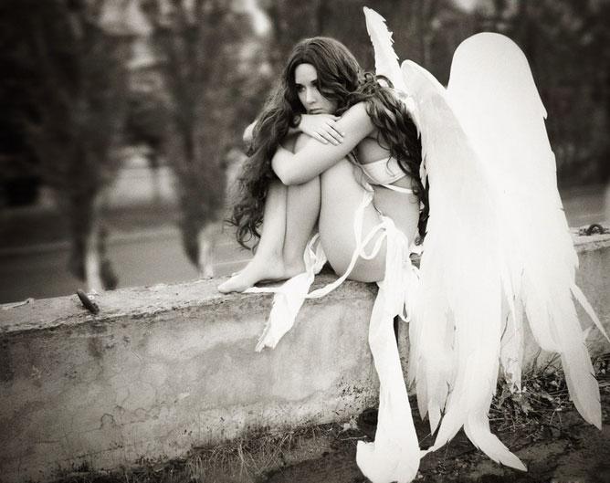 Angyal-lány fehér ruhában.