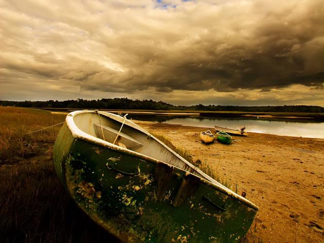 Csónak a parton.