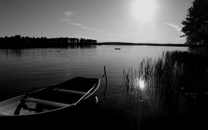 Csónak a vízparton.