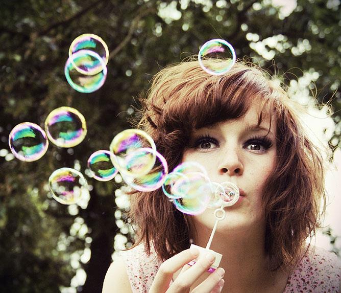 Buborékot fújó lány.