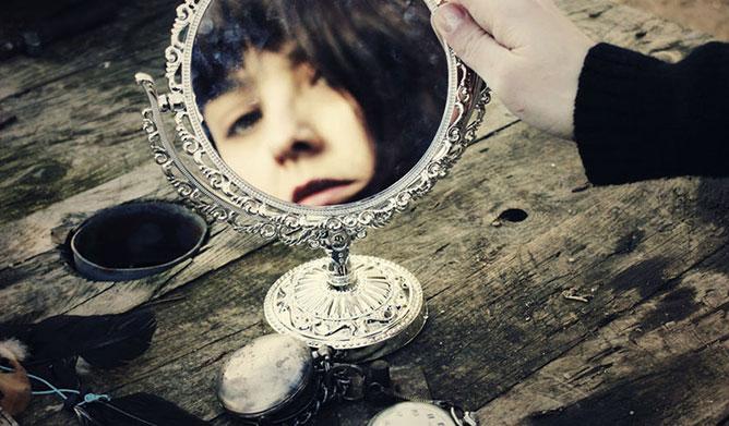Lány a tükörben .