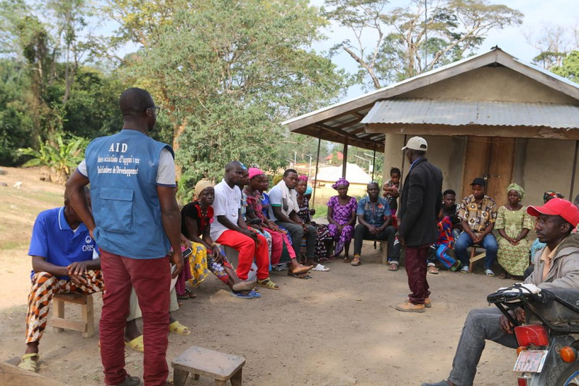 Faya Théodore Millimouno, Agent de suivi à l'ONG Association d'Appui aux Initiatives de Développement (AID) en train de présider une réunion des comités de gestion sur l'utilisation rationnelle de l'eau