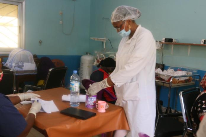 Mme Camara née Djénabou Mali Diallo en train de préparer le manger pour le nouveau-né.