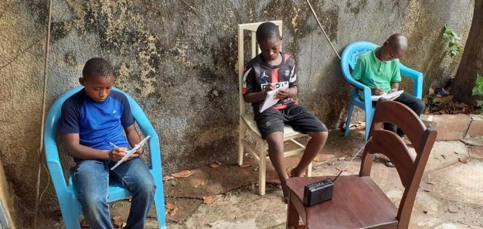 Des jeunes garçons en train de suivre les cours à la Radio