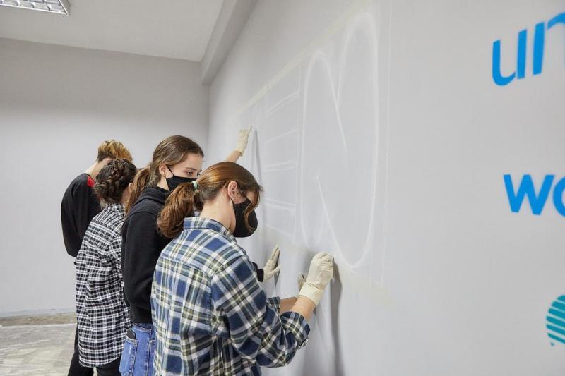 Adolescenții din Ungheni participă la crearea unei picturi murale