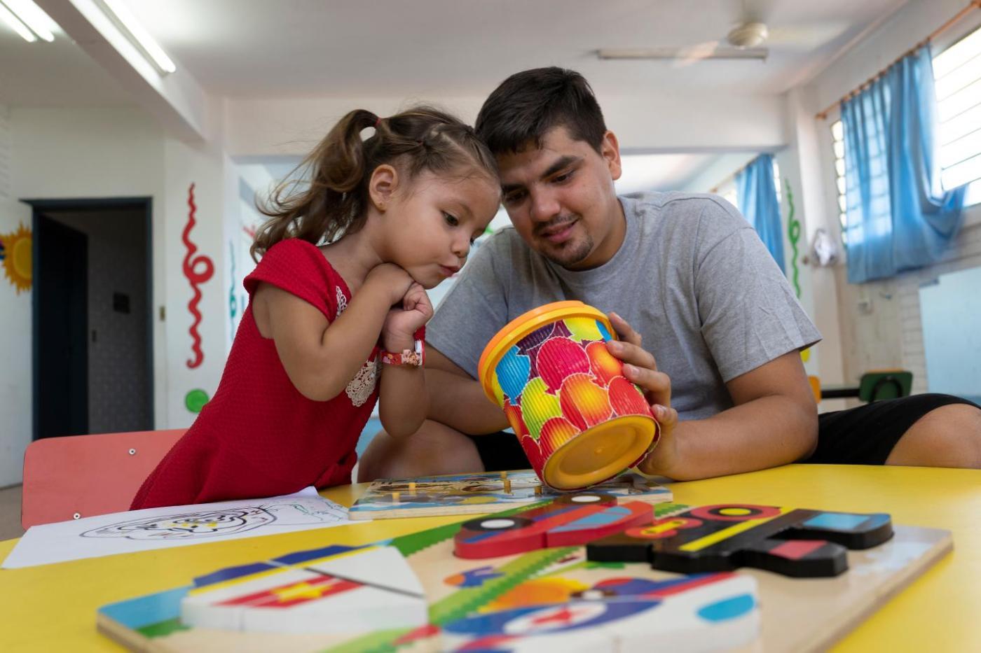 Xiomara, de 3 anos, fai fotos co seu pai, David Fretes Paniagua, de 27 anos, no Paraguai.