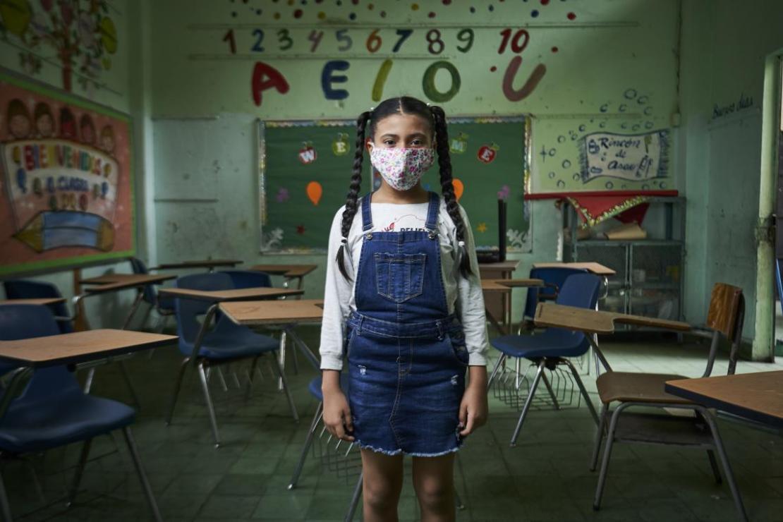 Panamá. Una niña en medio de un salón de clases vacío.