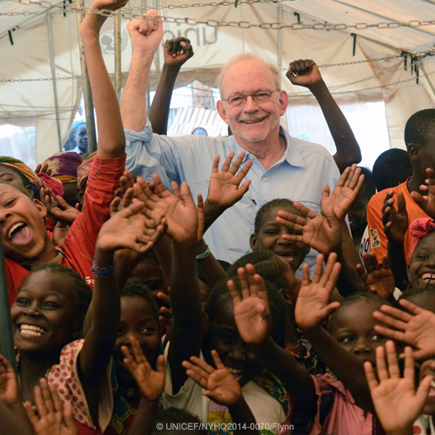 El Director Ejecutivo de UNICEF, Anthony Lake, se encuentra con un grupo de niños en la República Centroafricana