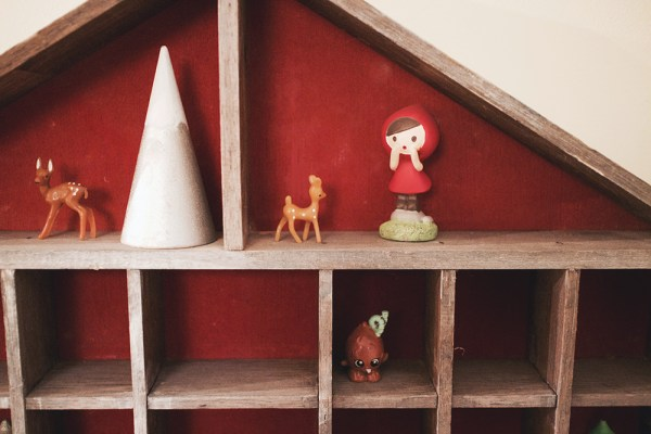 06-shelf-with-small-toys