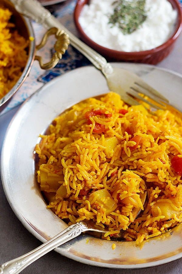 a tutorial on How to make tomato rice at home with a few ingredients.