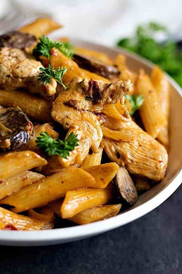 Upgrade your usual dinner with this Adobo Pasta with Chicken. From Unicornsinthekitchen.com #adobo #pasta
