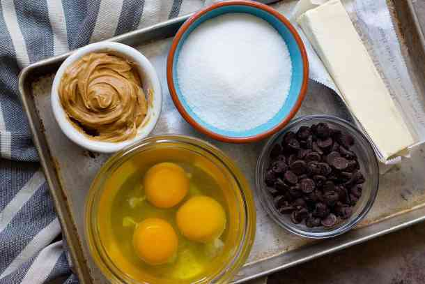 To make brownies with peanut butter you need butter, chocolate, eggs, sugar, flour and peanut butter.