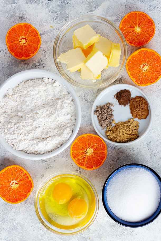 To make this cake you need butter, eggs, sugar, flour, spices and clementine.