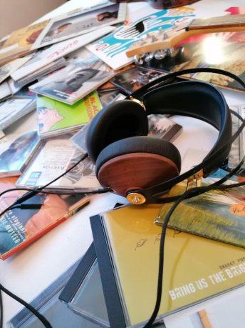 Headset som ligger blant mange CDer