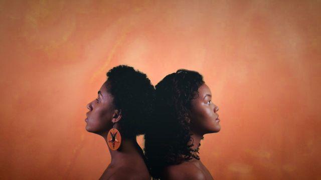 Jenny Ayunda og Obah Aanonsen står rygg mot rygg