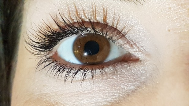 Womans Eyelashes Fall Out After Botched Extension Job eye 2576890 1920