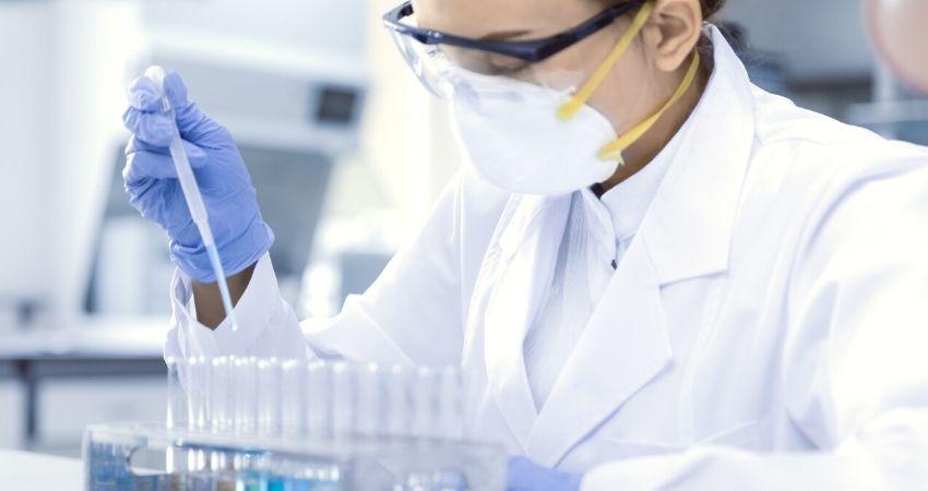 médica analisando material infectado com coronavírus em laboratório