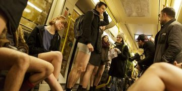 Pantolonsuz Metro Yolculuğu