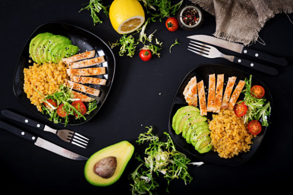 healthy dish with chicken tomatoes avocado lettuce lentil dark background 2829 971 Alimente minune pentru un corp sănătos