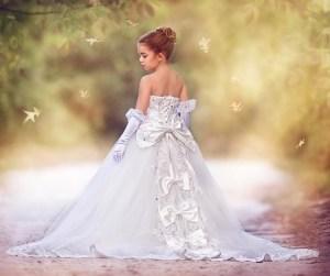 gaun elegan anak perempuan di acara pernikahan