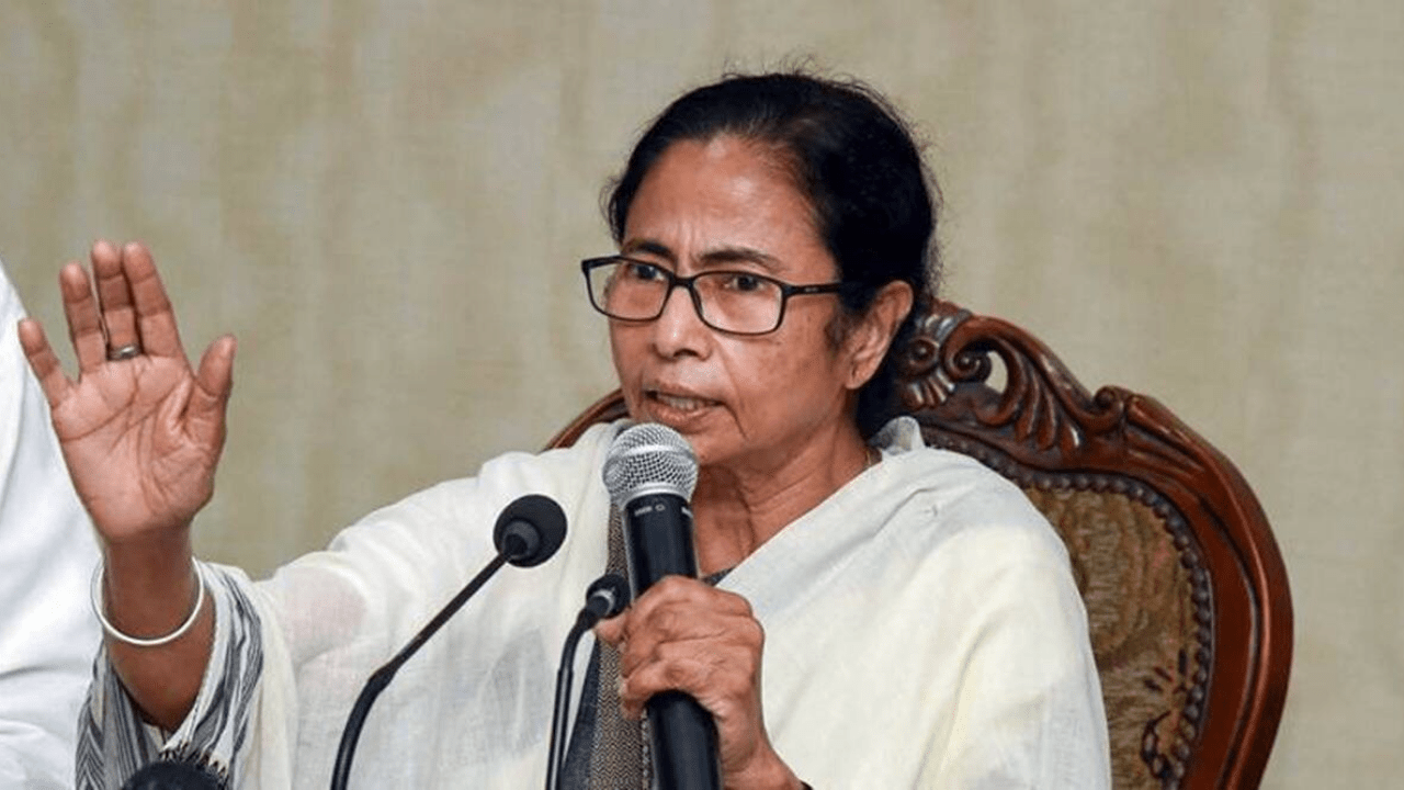 Mamata Banerjee reached dharna against the Election Commission ban