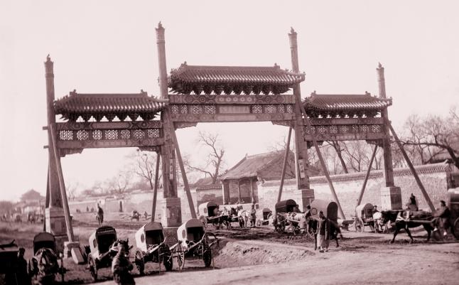 Arco de la calle Chang'an. Actualmente se ha transformado en la carretera principal este-oeste de Pekín. Foto sin fecha de Von Rosthorn.