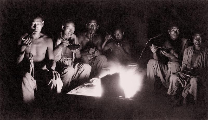 Trabajadores (coolies) cenando. Foto sin fecha de Von Perckhammer.