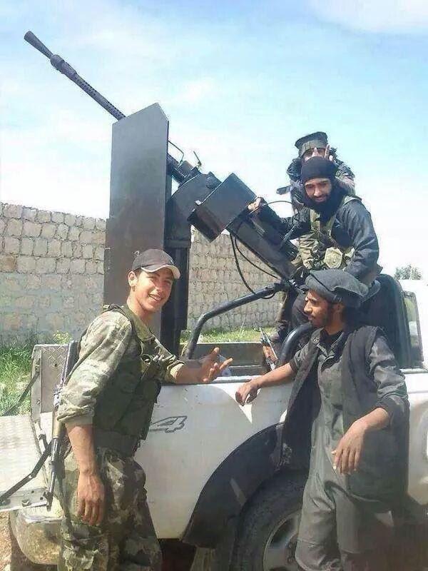 Imagen que se ha hecho viral de un soldado turco con militantes de Daesh.