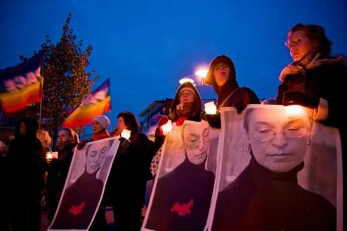Manifestación en memoria de Anna Politkovskaya y contra las políticas de Putin en Finlandia, año 2006 [Foto: Antti Jauhiainen vía Flickr].